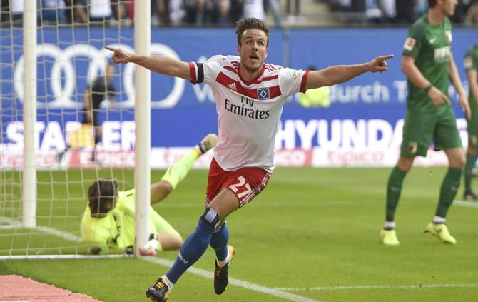 Hamburg's Nicolai Mueller celebrates his goal during the the German Bundesliga soccer match between Hamburger SV and FC Augsburg in Hamburg, Germany, Saturday, Aug. 19, 2017.  (Daniel Bockwoldt/dpa via AP) Germany Soccer Bundesliga